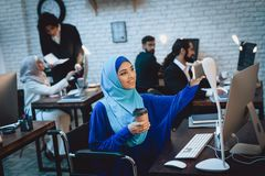 Mujer árabe discapacitada en la silla de ruedas que trabaja en oficina La mujer está tomando el selfie fotografía de archivo libre de regalías