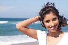 Mujer árabe en la playa Imagen de archivo