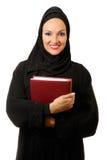 Mujer árabe, haber vestido tradicional, sosteniendo el libro Foto de archivo libre de regalías