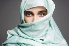 Mujer árabe hermosa en un paño azul Foto de archivo libre de regalías