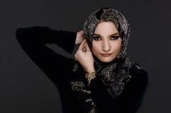 Mujer árabe hermosa que lleva Abaya Imagenes de archivo