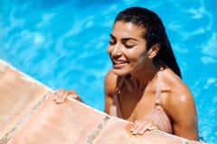 Mujer árabe hermosa que se relaja en piscina fotografía de archivo libre de regalías
