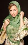Mujer árabe joven con el velo que se coloca en obscuridad Fotos de archivo