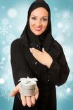 Mujer árabe, presente que se sostiene vestido tradicional Imagenes de archivo