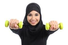 Mujer árabe que hace concepto de la aptitud de los pesos imagenes de archivo