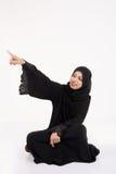 Mujer árabe que se sienta en el piso Imagen de archivo