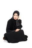 Mujer árabe que se sienta en el piso Imágenes de archivo libres de regalías