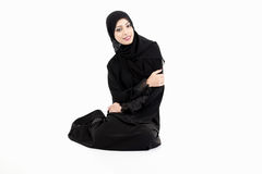 Mujer árabe que se sienta en el piso Fotografía de archivo libre de regalías