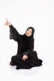 Mujer árabe que se sienta en el piso Fotos de archivo