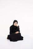 Mujer árabe que se sienta en el piso Fotografía de archivo