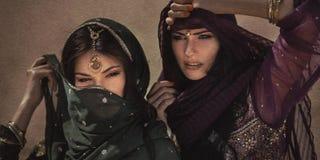 Mujer árabe que viaja en desierto Ruido del efecto de la tempestad de arena no Foto de archivo libre de regalías