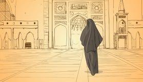 Mujer árabe que viene a la religión musulmán Ramadan Kareem Holy Month del edificio de la mezquita