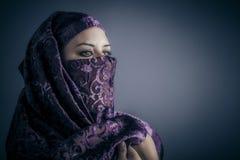 Mujer árabe tradicional, joven. Retrato elegante imagen de archivo libre de regalías