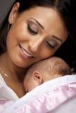 Mujer étnica atractiva con su bebé recién nacido Imágenes de archivo libres de regalías