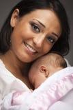 Mujer étnica atractiva con su bebé recién nacido Foto de archivo libre de regalías