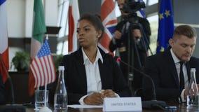 Mujer étnica que habla del bitcoin en conferencia metrajes