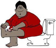 Mujer étnica que se sienta en un retrete y que afeita sus piernas Foto de archivo libre de regalías