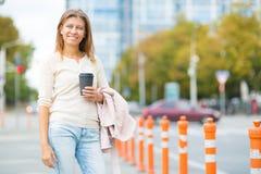 Mujer 30 años que caminan en la ciudad en un día soleado imágenes de archivo libres de regalías