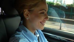 Mujer absolutamente feliz que conduce el automóvil y que sonríe, disfrutando de buen humor, alegría almacen de video
