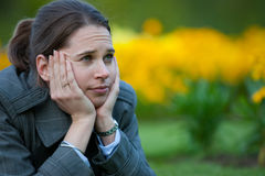 Mujer aburrida en el parque Foto de archivo