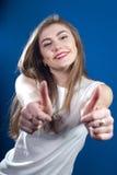 Mujer aceptable, joven doble con los pulgares para arriba Fotos de archivo libres de regalías