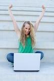 Mujer acertada con la computadora portátil Fotografía de archivo