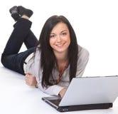 Mujer acertada joven con una computadora portátil Fotografía de archivo