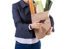 Mujer activa con el teléfono y compras Fotografía de archivo libre de regalías