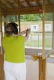 Mujer activa en el rango del arma foto de archivo