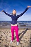 Mujer activa en la playa Imagen de archivo