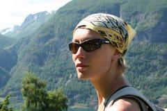 Mujer activa en la ruta de la montaña imagenes de archivo