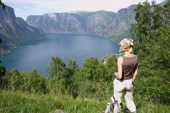Mujer activa en la tapa de montañas sobre el lago Fotografía de archivo libre de regalías