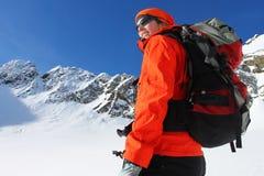 Mujer activa en montañas del invierno Fotos de archivo libres de regalías