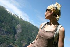 Mujer activa en pañuelo en la ruta de la montaña fotografía de archivo