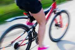 Mujer activa en una bici Imagenes de archivo