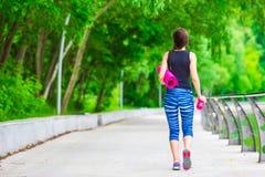 Mujer activa joven de la aptitud que hace ejercicios Imagen de archivo