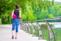 Mujer activa joven de la aptitud que hace ejercicios Foto de archivo libre de regalías