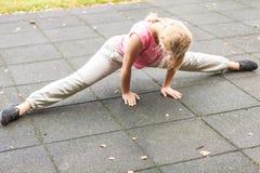 Mujer activa que estira el calentamiento ejercicio Fotos de archivo