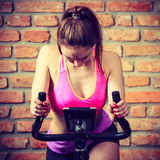 Mujer activa que hace biking del deporte Fotos de archivo
