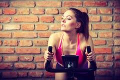 Mujer activa que hace biking del deporte Imagen de archivo