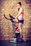 Mujer activa que hace biking del deporte Imagen de archivo libre de regalías