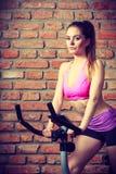 Mujer activa que hace biking del deporte Fotos de archivo libres de regalías