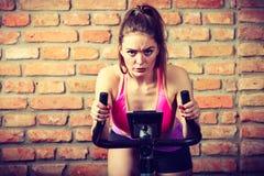 Mujer activa que hace biking del deporte Imágenes de archivo libres de regalías