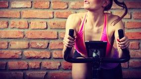 Mujer activa que hace biking del deporte Fotografía de archivo libre de regalías