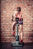 Mujer activa que hace biking del deporte Imagenes de archivo
