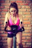 Mujer activa que hace biking del deporte Foto de archivo libre de regalías
