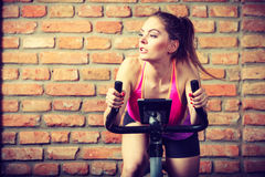 Mujer activa que hace biking del deporte Foto de archivo