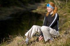 Mujer activa que se relaja en el lago Imagen de archivo