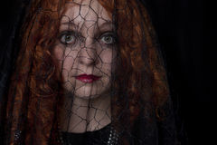 Mujer adentro con velo negro Fotos de archivo libres de regalías