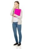 Mujer adolescente aburrida con el cuaderno Imagen de archivo libre de regalías